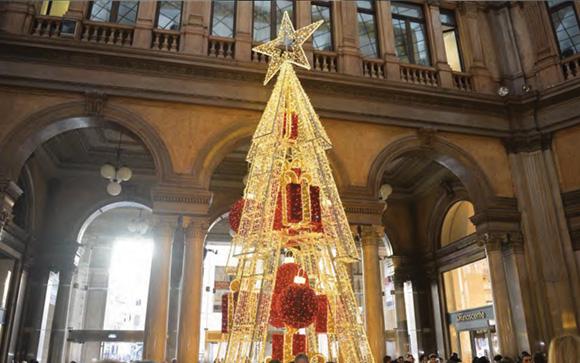 Albero rosso oro per il Natale in Galleria Alberto Sordi